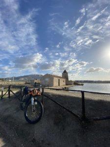 viaggiatore lento, salsa Fargo, bicicletta, viaggiare in bici, bagagli per biciclette, borse per bici, borse bikepacking, viaggiare in bicicletta, la Sicilia in bicicletta,