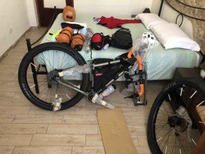 Salsa Fargo, viaggiatore lento, surly, bagagli sulla bici, borse per bicicletta, viaggiare in bici, bikepacking, vacanze in bicicletta, trasportare la bici in viaggio, bagagli e bicicletta, come trasportare la bici in treno, come trasportare la bici in aereo, imballare la bici, smontare la bici, impacchettare la bicicletta