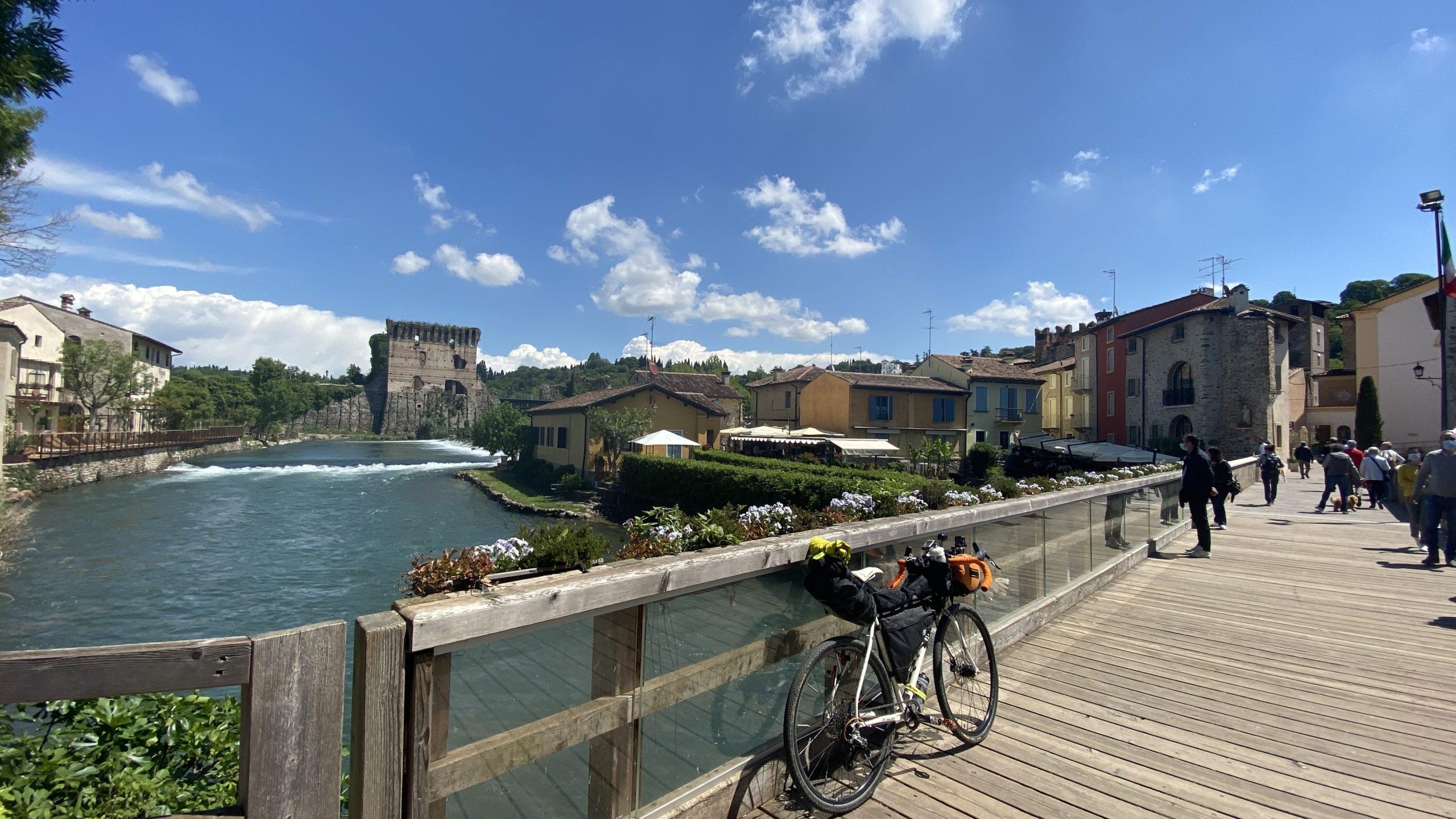 la lunga via dei fiumi, viaggiatore lento, viaggiare in bici, verona in bicicletta, ciclabile dell'adige, ciclovia del sole, eurovelo 7, lago di garda in bici, viaggiare in bicicletta, vacanze in bicicletta, bikepacking, ciclabile del Mincio, trentino in bici, il veneto, Peschiera Mantova in bici.